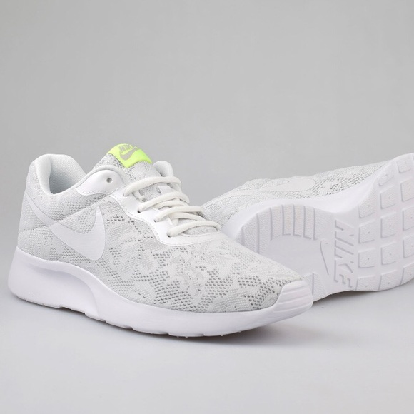check out d42e5 ded78 NWOB Nike • Tanjun Eng White Lace Floral Sneakers